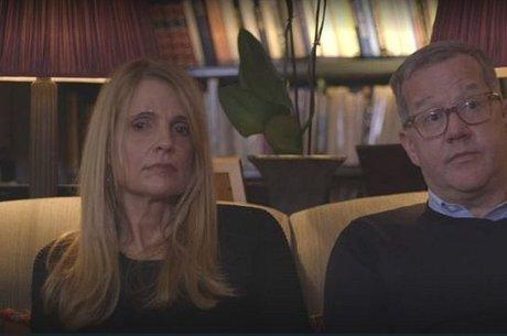 O casal Price sentou para conversar com Reggie em sua casa
