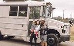 Um casal dos Estados Unidos decidiu vender a casa da família para seguir um sonho antigo: viver como nômades. Gianna e Jake Bachowski, de 32 anos, passaram a morar em um ônibus escolar ao lado dos filhos pequenos. A mudança era uma tentativa de abandonar a rotina caótica e aproveitar os momentos com mais qualidade de vida