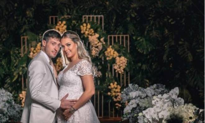 Bruna Marquezine também se manifestou sobre o casamento. No Instagram, a atriz desejou coisas boas ao casal. 'Que Deus abençoe vocês e proteja de todo o mal! E que o pequeno venha cheio de saúde! Amém', comentou Marquezine