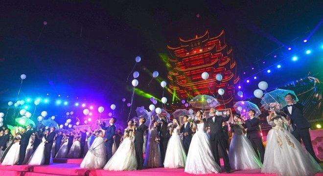 Em outubro, 38 casais foram a um casamento coletivo; alguns deles tinham adiado seus casamentos devido ao coronavírus