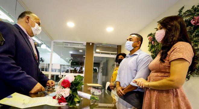 Casamento realizado em cartório de Osasco, com noivos de máscara