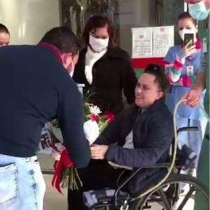 Mulher pedida em casamento na saída do hospital