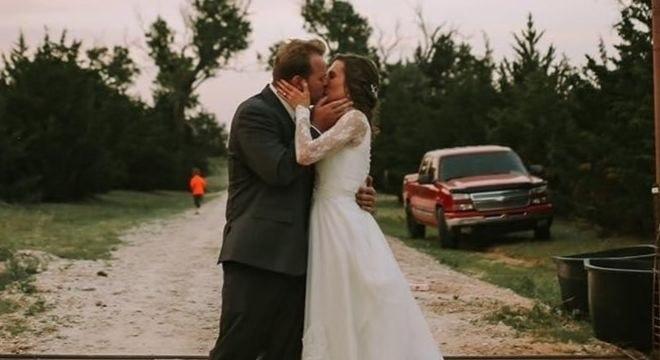 O casal encontrou uma forma segura para realizar a cerimônia