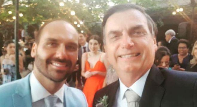 Bolsonaro faz selfie com filho Eduardo Bolsonaro durante casamento