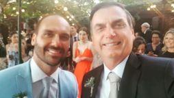 Bolsonaro parabeniza casamento e faz piada com o filho: 'homem sério' (Reprodução Twitter)