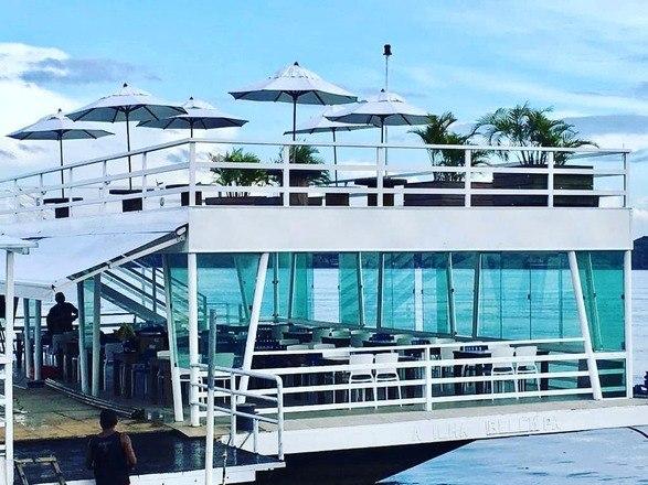 O local escolhido é uma balsa, que funciona como restaurante e espaço de eventos, e fica localizada em uma das avenidas mais conhecidas de Belém