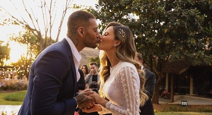 Lucas Lucco e Lorena Carvalho completam um ano de casados