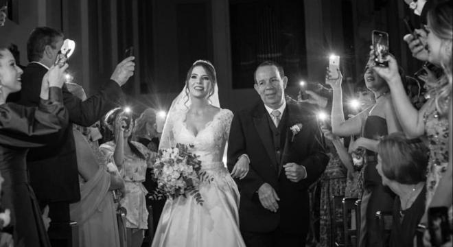 Noiva entrou em corredor iluminado por celulares