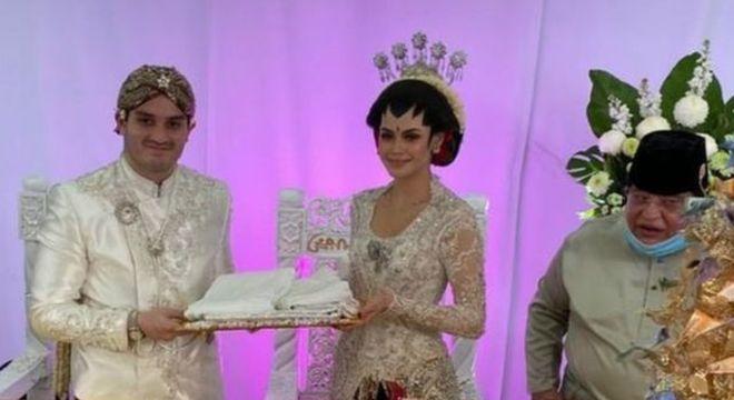 Noiva e noivo realizaram casamento com 10 mil convidados de maneira segura