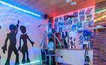 Decoração de discoteca para a sala de ginástica. Tem até neon!