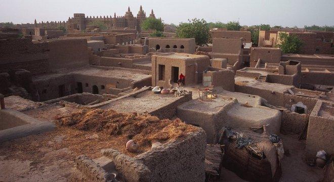 Moradores acabam recorrendo a materiais mais baratos para substituir o barro de construções de Djenné, alterando o conjunto histórico