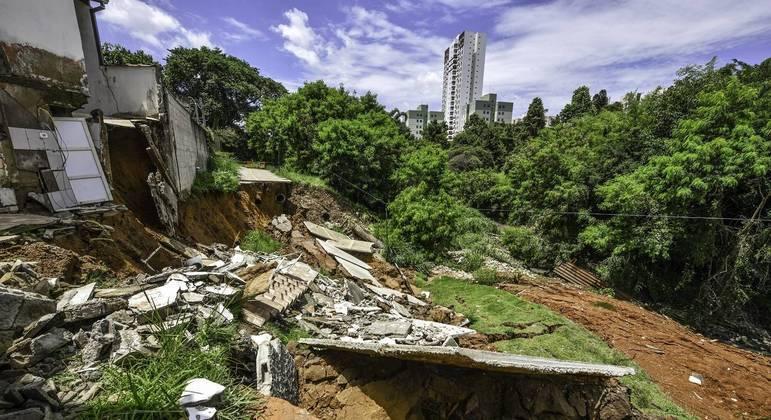 Casas interditadas após desmoronamento de ciclovia em São José dos Campos
