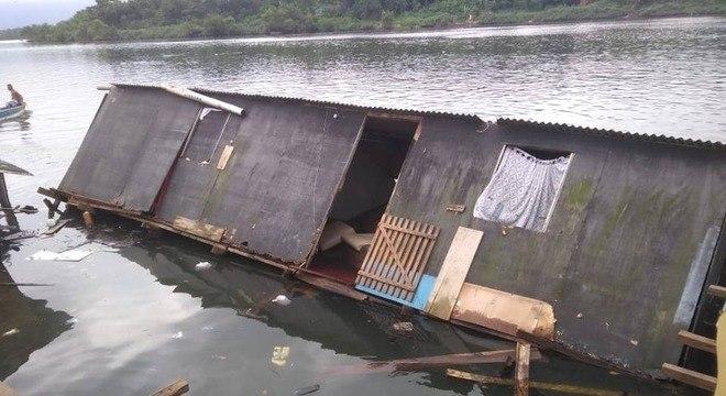 Duas casas desabaram e foram engolidas pelo mar em Cubatão