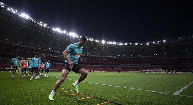 Capitão Casemiro era esperado para entrevista após treino da seleção no Beira-Rio