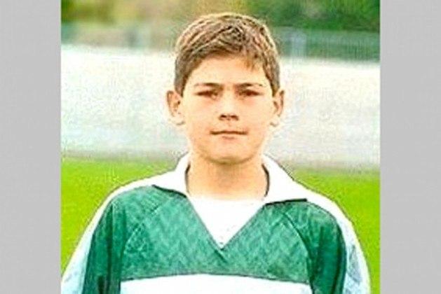 Casillas chegou ao Real Madrid aos nove anos de idade e defendeu a camisa do clube por 25 anos. Ele chegou ao time principal em 1997, mas estreou apenas dois anos depois, aos 18 anos de idade. No total, foram 725 jogos defendendo a meta merengue – foi expulso apenas três vezes.