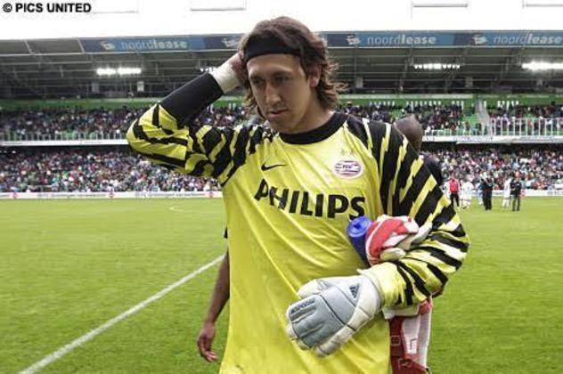 Cásiso: Ídolo do Corinthians, o goleiro Cássio viu seu contrato expirar no PSV, da Holanda, em setembro de 2011. Ele ficou dois meses sem clube, até ser contratado pelo Timão, em dezembro.