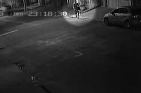 Homem é visto indo em direção à casa de Cássia, às 23h18