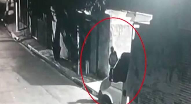 Polícia procura pelo segundo suspeito que aparece nas imagens da câmera