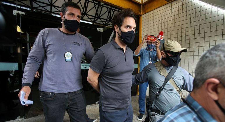 Dr. Jairinho deixa a 16ª Delegacia de Polícia, na Barra da Tijuca, no Rio de Janeiro, e segue para o IML