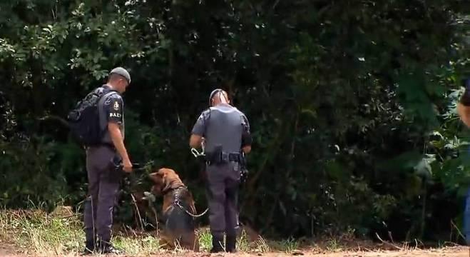 Um cão farejador auxiliou a polícia nas buscas pelo paradeiro da mulher