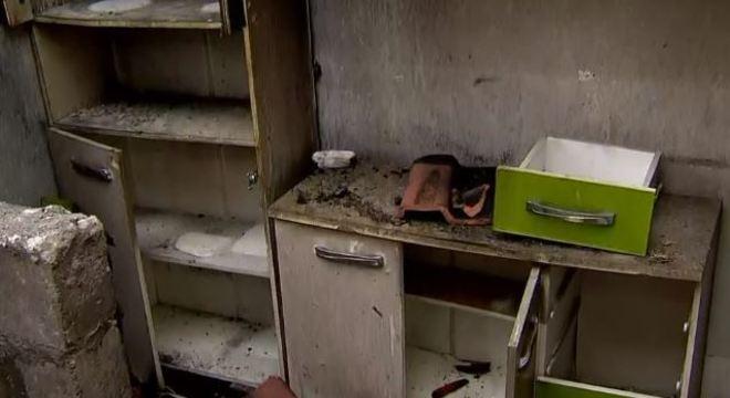 Casa onde Adriana e Diogo moravam com as três crianças foi destruída pelas chamas