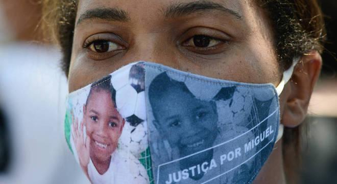 O ato conta com a presença de Mirtes Renata, mãe do pequeno Miguel, menino de 5 anos que morreu sob a guarda da primeira dama de Tamandaré, Sarí Corte Rea