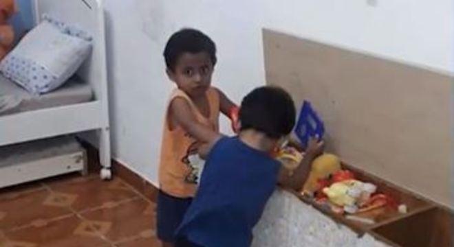 Samuel, de dois anos, foi encontrado morto dentro de um baú na casa dele