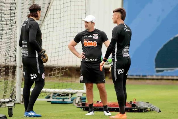 Cássio e Matheus Donelli conversam com Marcelo Carpes, preparador de goleiros.
