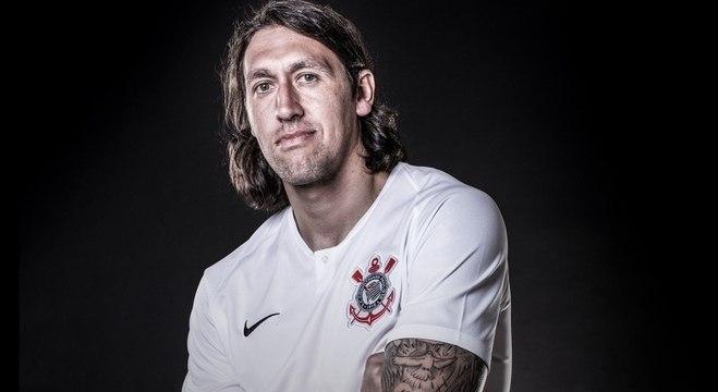Cassio com camisa principal que Corinthians usará na temporada 2018 054d5d0fc77d6