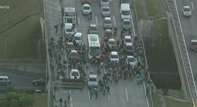 Veículos parados aguardando resgate do homem atingido por disparo