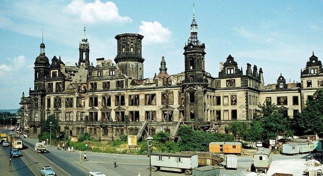 Muitas partes de Dresden permaneceram como ruínas na época da Alemanha Oriental