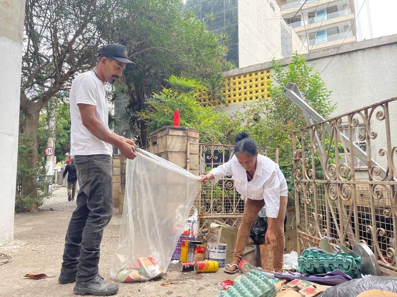 Genaldo e Maria ganham dinheiro como catadores de recicláveis