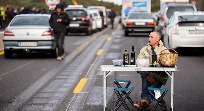 Manifestante monta mesa em bloqueio de estrada entre a Catalunha e a França