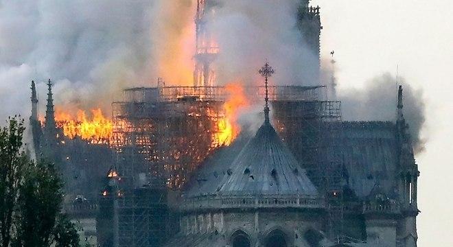 Catedral de Notre-Dame, com mais de 850 anos, foi consumida pelo fogo nesta segunda-feira
