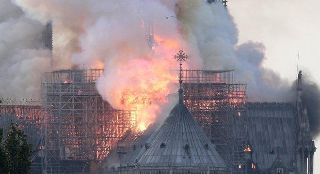 Fogo consumiu completamente a estrutura de madeira da catedral; obras de restauração estavam em andamento desde o ano passado