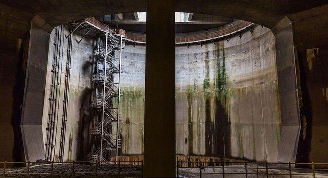 As bombas no Canal de Escoamento podem esvaziar uma piscina de 25 metros em menos de três segundos