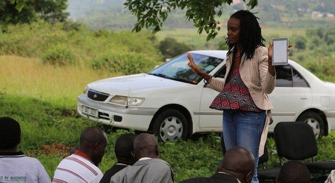 Catherine Nakalembe ensina fazendeiros a usar um aplicativo para enviar informações sobre suas colheitas