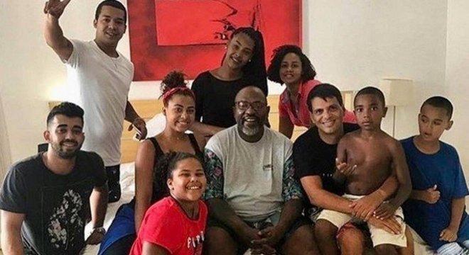 Catra com a família durante o tratamento contra o câncer