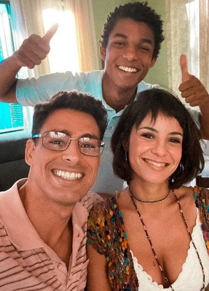 """Cauã Reymond, Andréia Horta e Juan Paiva nos bastidores de """"Um Lugar Ao Sol"""", que teve estreia adiada por causa da pandemia"""