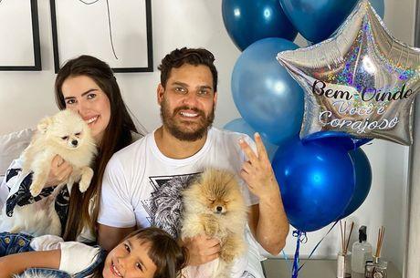 Cauan celebra volta para casa e posa com a família