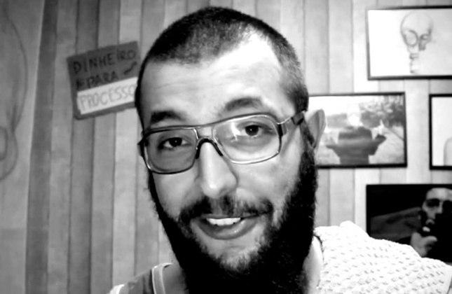 """Cauê Moura - Ex-protagonista do podcast """"Poucas"""" e dono de um canal no Youtube com 5,19 milhões de inscritos, ele é corinthiano e possui até uma tatuagem do clube, porém, segundo o próprio, parou de acompanhar com afinco o futebol."""