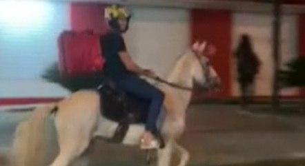 Jovem passou a fazer entrega a cavalo