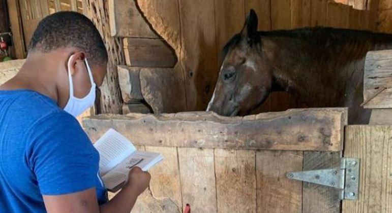 Crianças fazem leituras e depois podem brincar com os cavalos