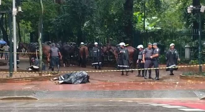 Cavalo da PM morre eletrocutado no centro de São Paulo