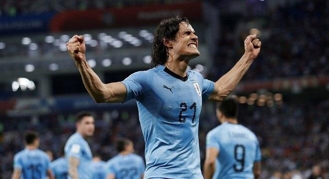 Cavani balançou as redes duas vezes e decidiu a classificação uruguaia às quartas