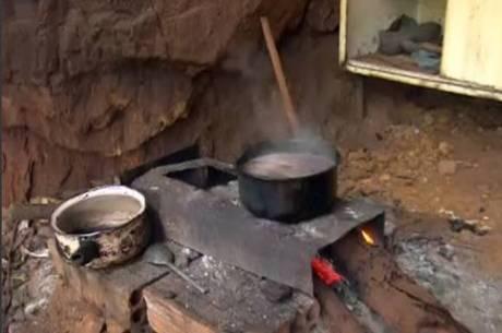 Fogão à lenha foi improvisado dentro da caverna