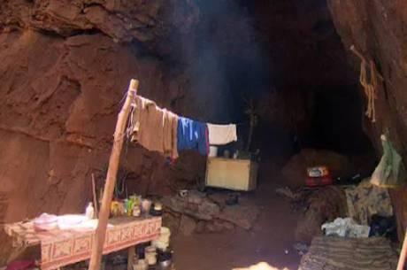 Casal vive em caverna há dois anos