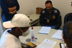Cazares, de máscara, se explicando para a polícia mineira. Farras e acusação de agressão