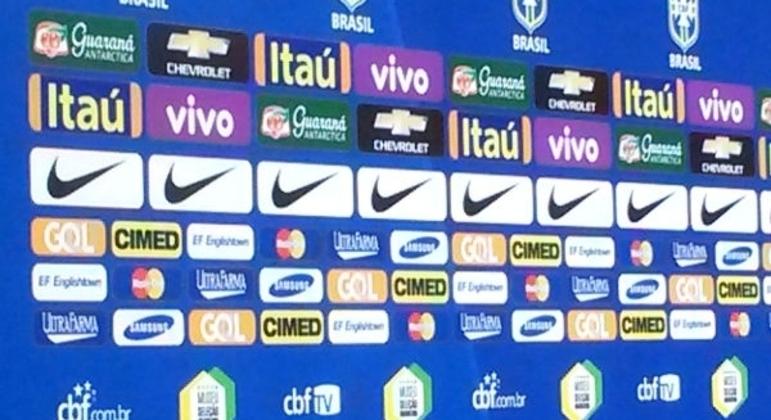 O painel dos patrocinadores da seleção, todos muito incomodados com Caboclo