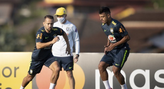 Gabriel Menino, ao lado de Everton Ribeiro, nos treinos da seleção brasileira
